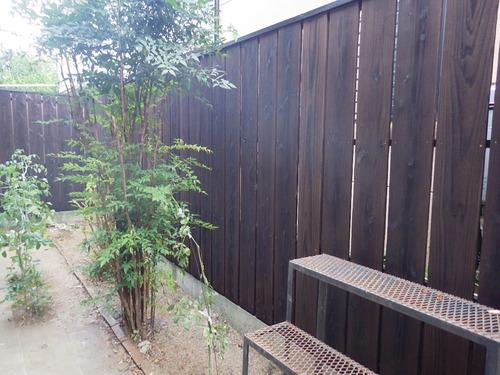 焼杉フェンスで眺めたくなるお庭へ♪