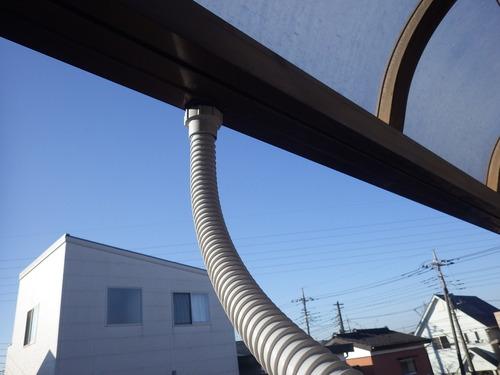 劣化が進みボロボロになったベランダ屋根のジャバラ雨樋は、さくっと交換!
