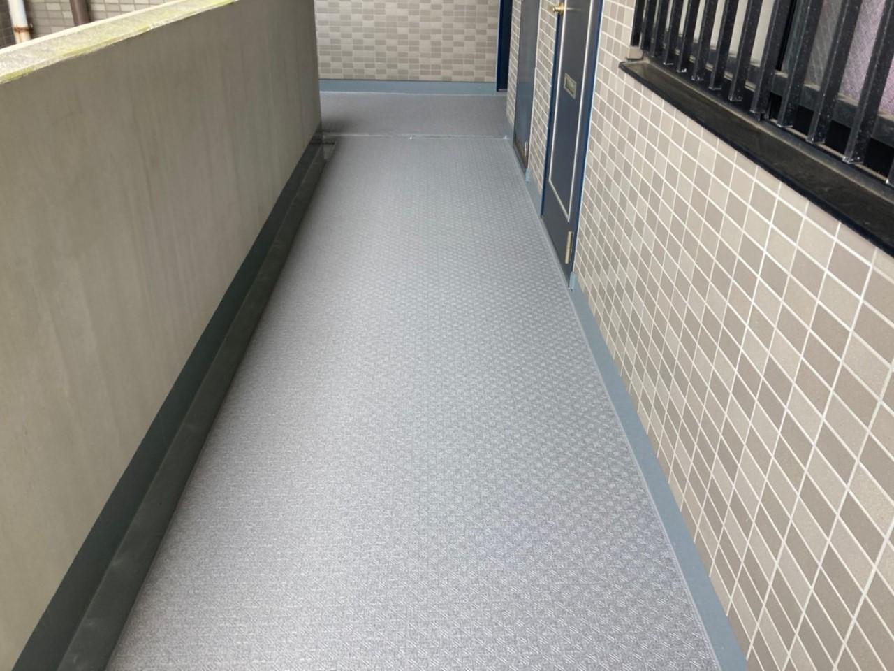 マンション共用廊下への防滑性ビニル床シート貼り+ウレタン線防水
